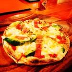 Kitchen PLUS CREAMSODA - 料理写真:生ハムとアボカドのピザ