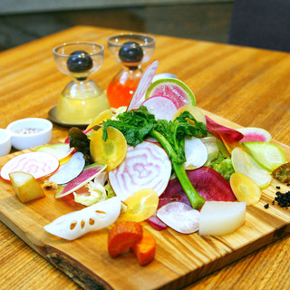 ランチで大人気!旬のお野菜を詰め込んだ『畑の味がするサラダ』