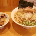和久井 - 2016年8月 煮干しラーメン大盛り(780円)チャーシュー丼(250円)
