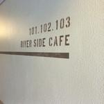 リバーサイドカフェ - 建物入口内、脇のサイン