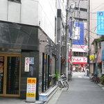 焼肉OKINA - 左がお店の入り口。1本隣の通りにゲーム屋さんがあります。