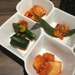 焼肉 華道 - キムチ盛り合わせ