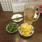 もつ焼き松ちゃん - お通しは枝豆、ポテトサラダはニンニクマヨネーズ