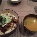 プラチナバード横浜 - 国産牛ハラミ・国産豚・放し飼い軍鶏のミックス丼。