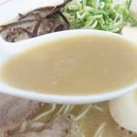 しんたろう - スープは、イニシエの博多ラーメンの感じは持ちながらも、バランスが良く、それなりに濃厚です。