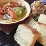 AUBE.cafe CUATRO - 豊前海一粒とニューカレドニアの天使の海老のアヒージョ~自家製パン添え~