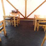 らーめん 五色屋 - 後から造りましたみたいな、ビニールで囲われた外に突き出たスペース。