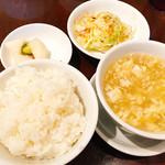 55243697 - 初めにご飯と中華スープ&惣菜でトンチミみたいな漬物ですね~
