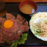 四つ葉 - ローストビーフ丼を食す!付いてくるお味噌汁とサラダ