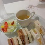 55257281 - サンドイッチとサラダ、スープ