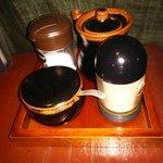 武庵花福 - 卓上は胡椒、一味、塩、醤油