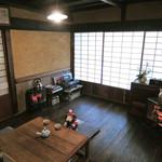 矢的庵 - 古民家を改装した店内はとってもいい感じだよ。 お部屋にはストーブが2台も置いてあったけど 外がものすごく寒かったので、これでちょうどいいくらいです。 2月の吉野山は寒い~!