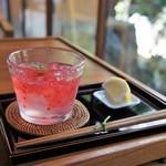 カフェ青 - ラズベリーと柑橘系リキュールのくずきり、レモンを絞ります