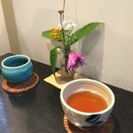 野の花 - 最初にお茶が出てきます