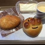 55263925 - アンパンマンとカレーパンと試食の食パンとコーヒー