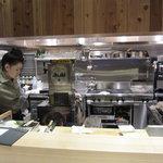 潮彩 - 清潔感溢れる厨房
