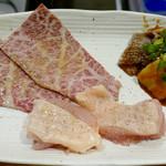 三宮 焼肉立食 一楽 しんしん - ちょい飲みセット1000円のお肉 シャブ焼 阿波尾鶏 センマイ