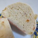 ホルン - 見た目以上に柔らかく、生地にサツマイモとオレンジを練りこんだやや甘めですが柑橘系の香りの楽しめるパンです。