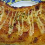 ホルン - エビチリをトッピングし薄いイタリアンクリスピータイプに焼き上げたパンです。