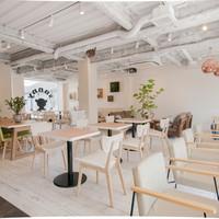 サニー ストア&カフェ - 広々した店内は47席 開放的です!