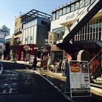 サニー ストア&カフェ - 裏原宿キャットストリートに面しています。