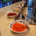 スマトラ - カウンターに並ぶ紅生姜など