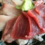 55287097 - 三色丼とあら汁税込1000円♤鮪、鯛、ハマチをチョイス