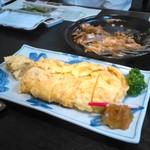 日乃出 - 料理写真:卵焼き。奥のあら煮はほぼ全滅状態。