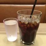 炭火焙煎珈琲 凛 - アイスコーヒー + 水