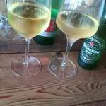 山岡ピザ - ワインがほんと美味しい(*^^*) 左はノンアルのオーガニックワイン 右はビオワイン