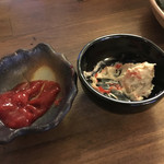 立ち呑み 楽 - 奈良漬とクリームチーズに勝手に梅肉付けて食べたら超絶美味い一品になりました。