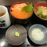 55305580 - イクラ・サーモン丼(ミニ丼)(1500円)と比較用の湯飲み