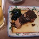 海味 魚がし - お通しはカレイの煮付け!添えてあるワカメが美味しかったですw