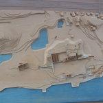 犬島アートプロジェクト - カフェを入ると壁面に犬島の立体的な地図