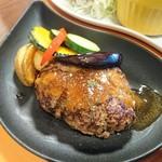55311535 - ハンバーグ定食。見た目は好いが、付け合わせの温野菜が硬い(笑)