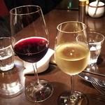 ジェルボー 東京本店 - ハンガリーのワインを赤白グラスで