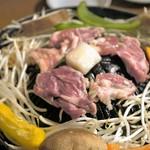 ホルモン・ジンギスカン たたら - 上に生ラム肩ロース、下には野菜