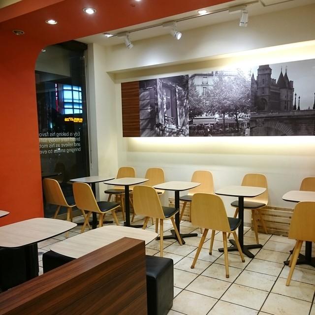 エディーズ・ブレッド 赤羽店 - 夜なのでカフェは無人でした