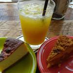55333566 - NYチーズケーキ(左)・ダッチクランブルアップルパイ(右)