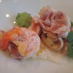 55337421 - 海老と自家製ベーコンのポワレ マッシュルーム添え 桜海老のソース