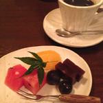 芝桜 - デザートは、フルーツと羊羹