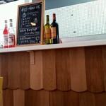 カフェ ド ラ ポスト - 店内の様子とメニューボード