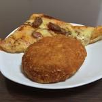 粉とクリーム - 惣菜パソはカレーかウインナーにかぎる。というわけでカレーパソと窯焼きピザ(ウインナー)。窯焼きピザ(ウインナー)は黒胡椒がしっかり効いており好印象