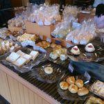 55346237 - 店内には惣菜パンからバケットやクロワッサンなど、色々なパンが用意されていますが