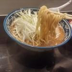 麺処 輝 - 麺リフトアップ。かなりの太麺です。