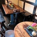 藍花珈琲店 - どのテーブルも魅力があります
