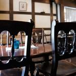 藍花珈琲店 - 重厚な椅子とテーブル