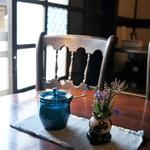 藍花珈琲店 - 座った席の横のテーブルです、度のテーブルにも一輪挿しがあり、違う花が飾られています