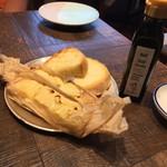55350164 - パンとパンにあうオリーブオイル