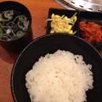 焼肉やまと - ごはん(中)、スープ、ナムルとキムチ